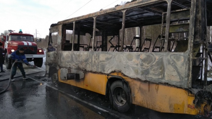 Сгоревший школьный автобус, авария на объездной и месть тюменских автохамов: дорожные видео недели