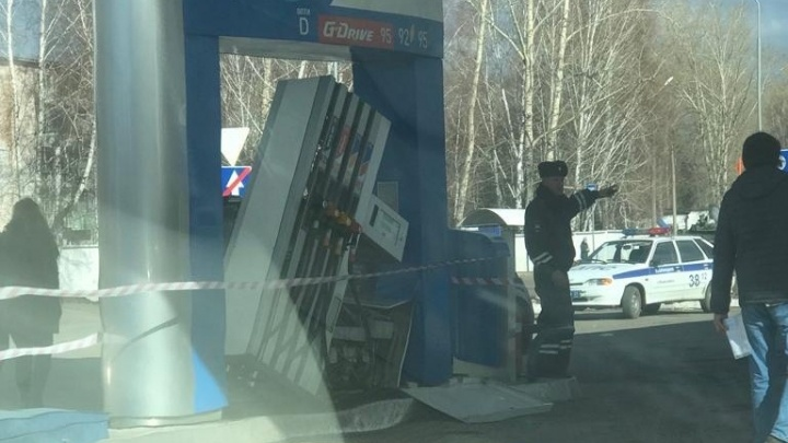 На АЗС в Енисейске водитель забыл вытащить пистолет и вырвал бензоколонку