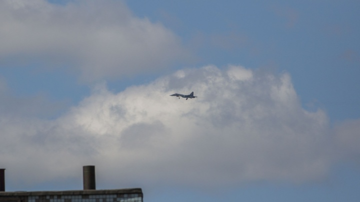 К авиашоу готовы: над Новосибирском пролетели истребители Су-35