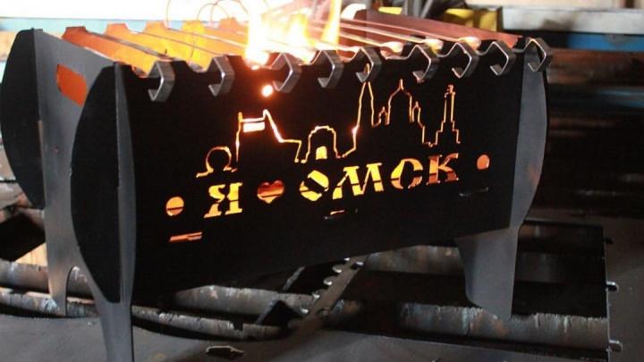 «Это  от души, потому что я люблю Омск»: инженер сделал мангал с достопримечательностями города
