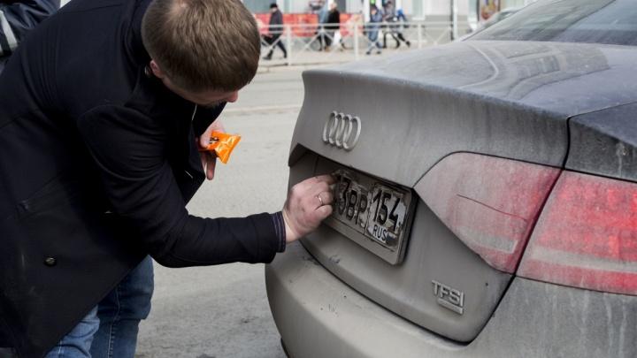 Остановили и вручили тряпку: автоинспекторы заставили полтысячи водителей помыть госномера