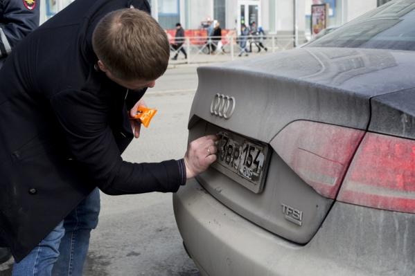 Всю неделю автоинспекторы заставляли водителей чистить госномера и снимать тонировку с окон