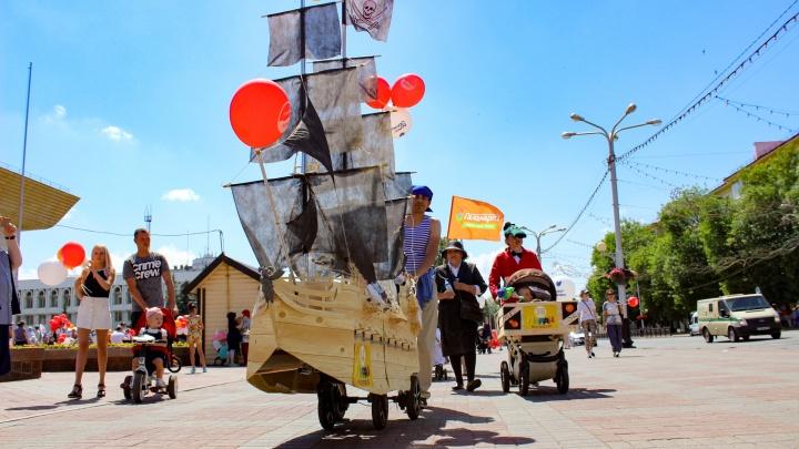 Пиратский корабль и летающая тарелка: в Уфе прошел юбилейный «Парад колясок»