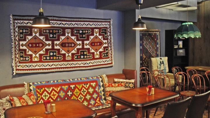 Чихиртме на ковре: НГС тестировал новый грузинский ресторан с бабушкиным декором и забавным туалетом