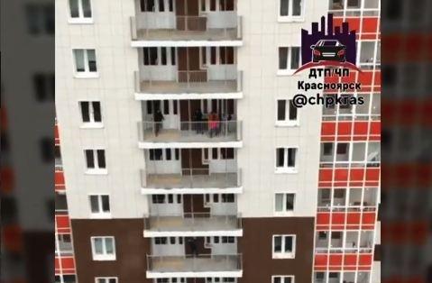 Школьники устроили опасные игры на Пашенном и спускались по балконной балке с 6-го этажа