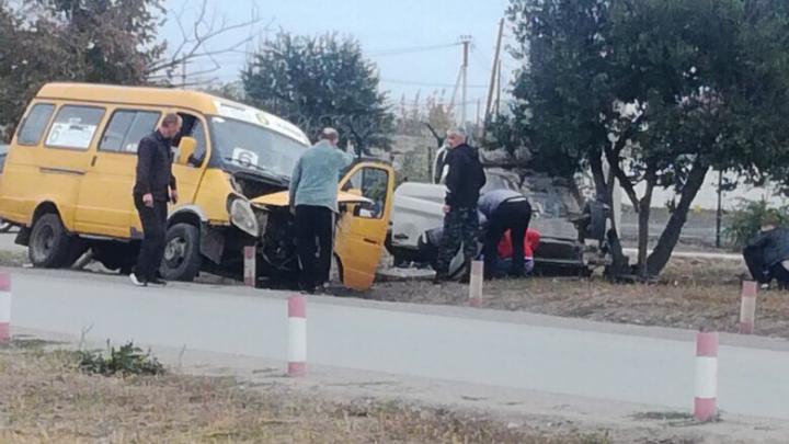 «Прибежали водители и военные»: в Волжском легковушка перевернулась после столкновения с маршруткой