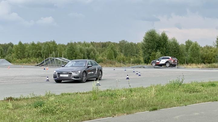 На парковке Экспоцентра устроили гонки с визгом шин и переворотом автомобилей