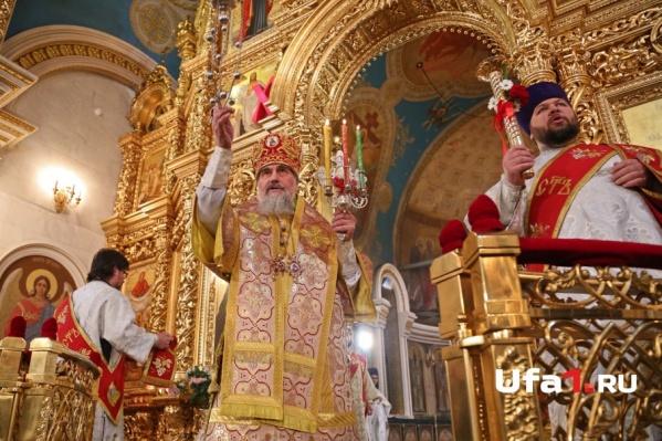 Митрополит Никон совершает ночную литургию