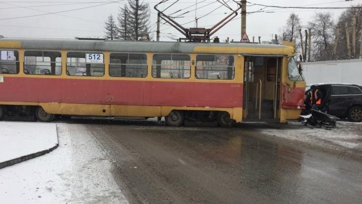 На Уралмаше девушка на внедорожнике врезалась в трамвай