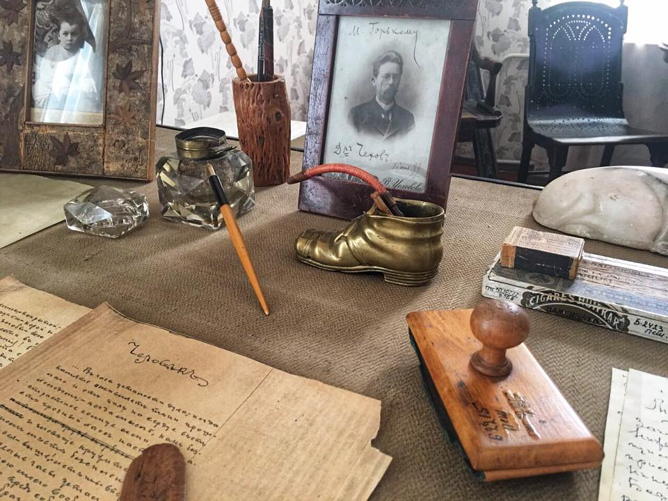 Пепельница в форме башмачка —подарок поклонников к 10-летию писательской деятельности