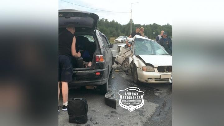 Очевидцы открывали топором и ломом двери искореженной машины после лобового у Козульки
