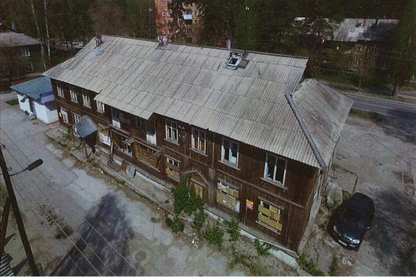 Дом когда-то был жилым, но по документам числится как магазин, хотя и пустует уже несколько лет