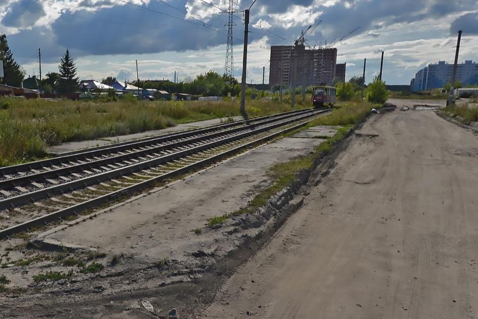 Через остановку проходят два трамвайных маршрута