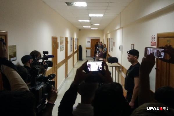 В день рассмотрения дела против Павла Яромчука, Салавата Галиева и Эдуарда Матвеева в коридорах суда неизменно дежурят журналисты