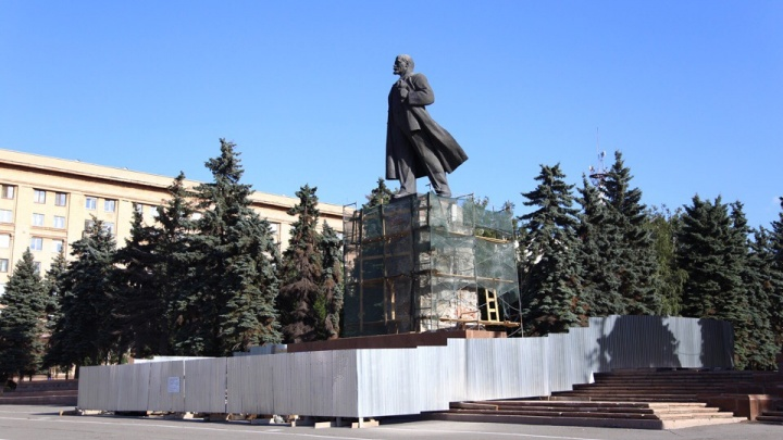 «Придётся сушить»: рабочие возобновили ремонт памятника Ленину в Челябинске
