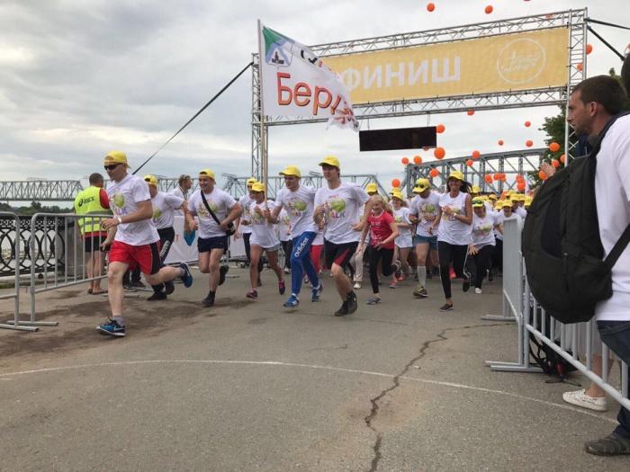 На финише участники забега запустили в небо оранжевые шары