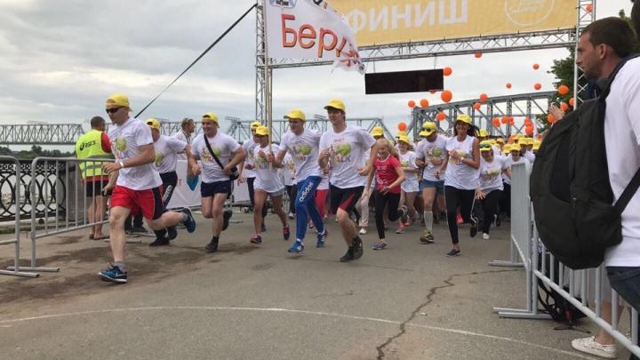 Офисные работники устроили забег на Михайловской набережной ради больных детей