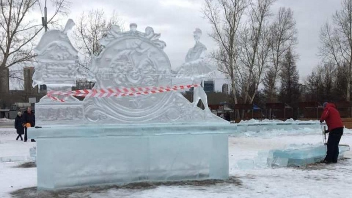 Из-за аномального тепла в Красноярске раньше срока решили снести ледяные горки и скульптуры