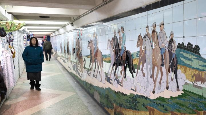 Дошло до прокуратуры: арендаторы павильонов отказались открыть подземное мозаичное панно в Ростове