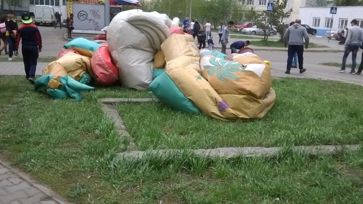 Омская прокуратура решила проверить крепления батута, который унесло ветром вместе с детьми