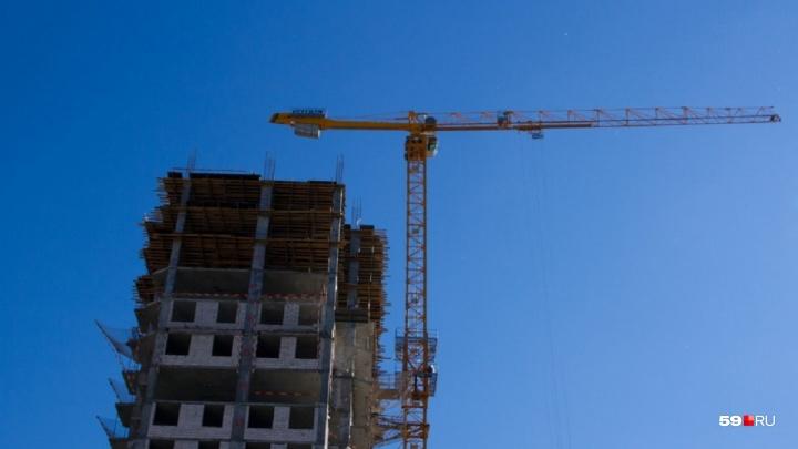 Судебные приставы опечатали девять опасных башенных кранов в Перми