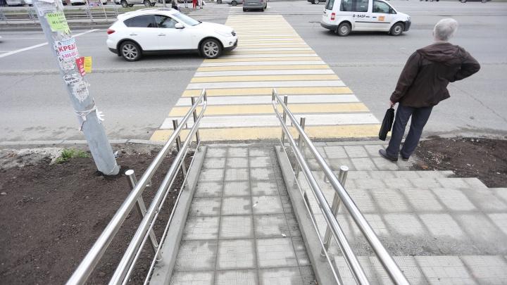 «Мы катимся на дорогу!»: челябинцы раскритиковали ремонт спуска к «зебре» на проспекте Победы