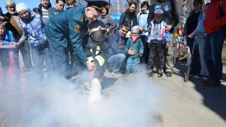 Дети тушили огонь и изучали пожарного робота: свердловские спасатели в ЦПКиО отметили свой праздник