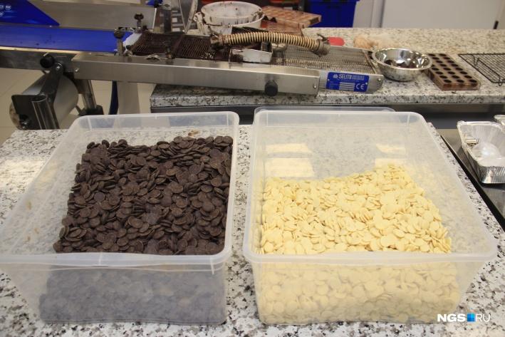 Гранулы чёрного и белого шоколада