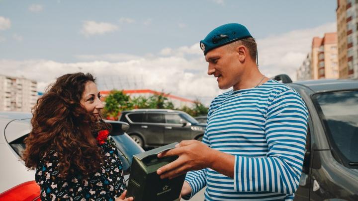 Прогулки с семьёй и воспоминания о полётах: как в Тюмени отметили День ВДВ — репортаж с улиц
