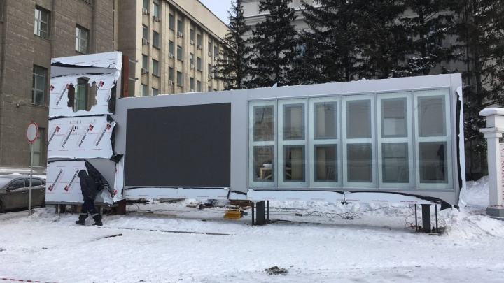 Попали на экран: в центре Новосибирска поставили новую Доску почёта с огромным телевизором