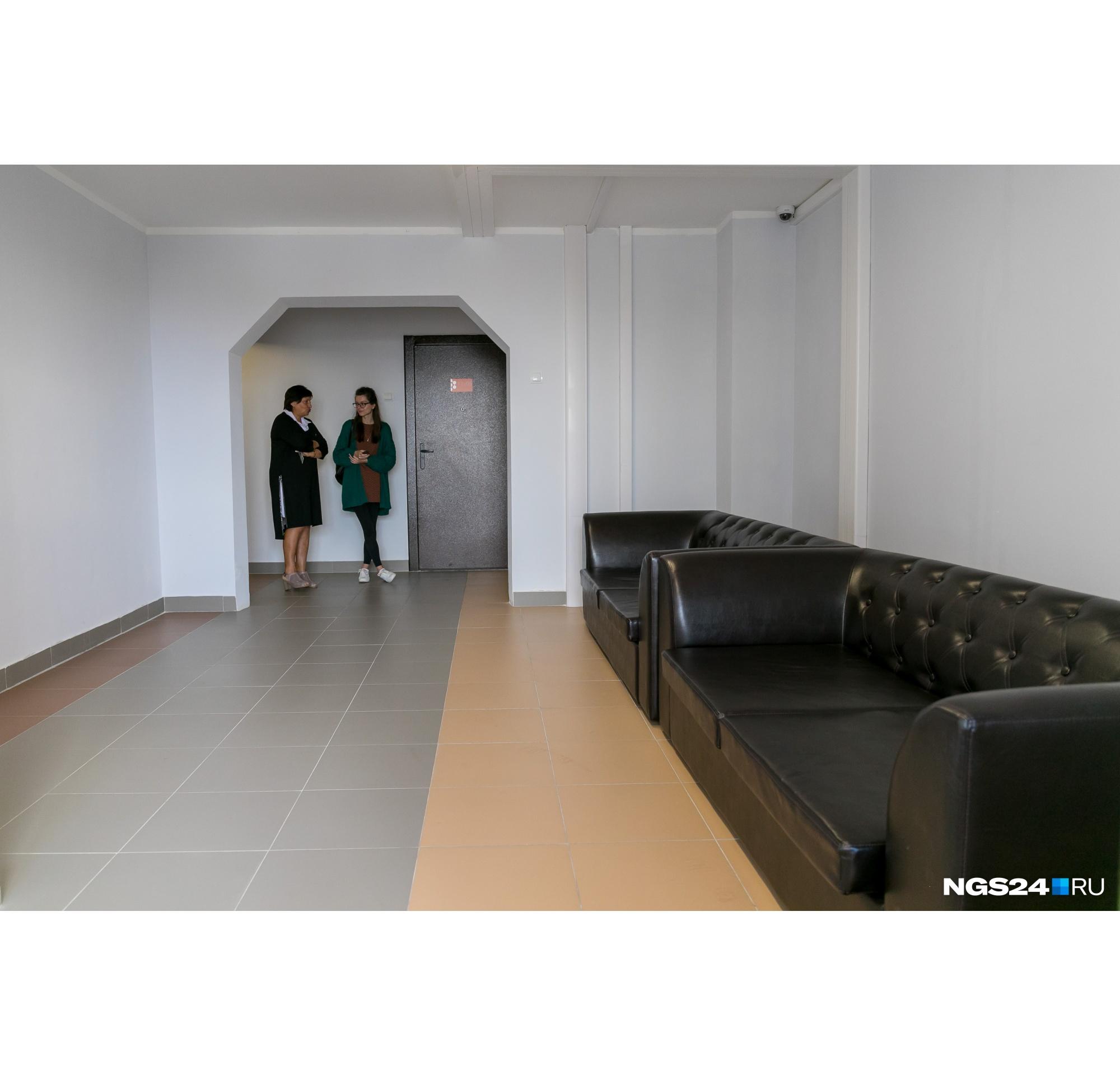 На каждом этаже есть комната с диванами, где можно встретиться с друзьями