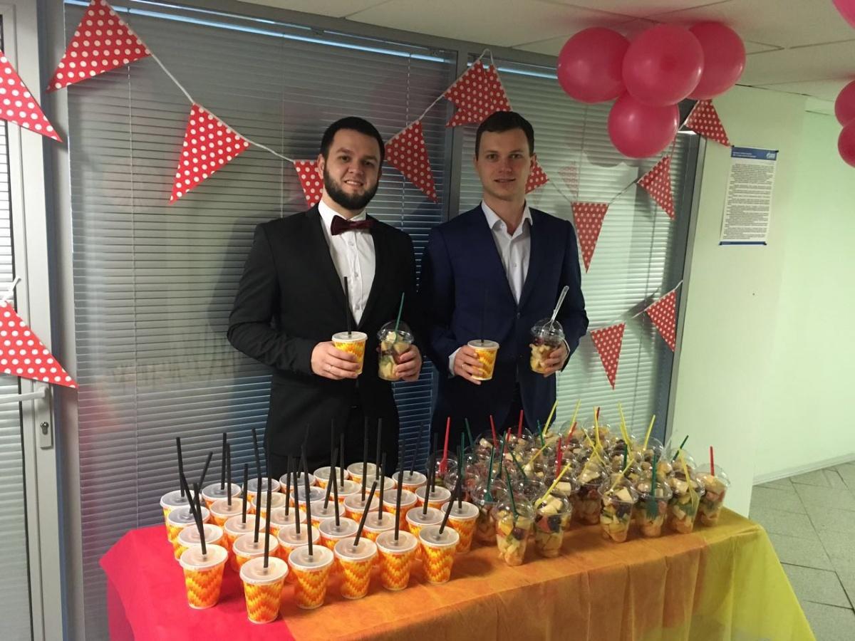 Фламинго Олег и «восьмёрка» из колбасы: собираем крутые офисные поздравляшки с 8 Марта