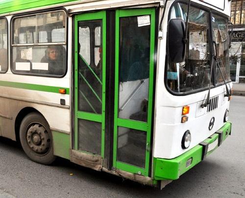 Водителя автобуса отстранили от работы и лишили премии за зажатого в дверях отца с маленьким сыном