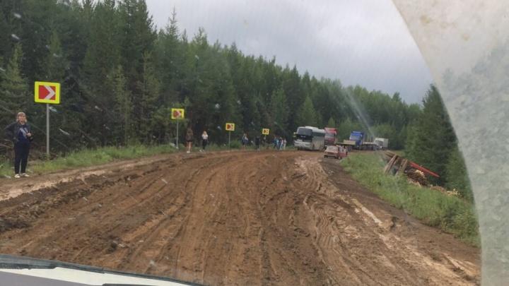 «Это просто издевательство»: житель Кодинска о единственной разбитой дороге домой