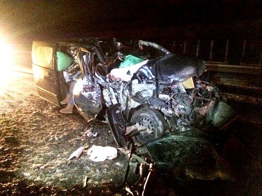 Кузов — всмятку: на самарской трассе минивэн врезался в грузовик