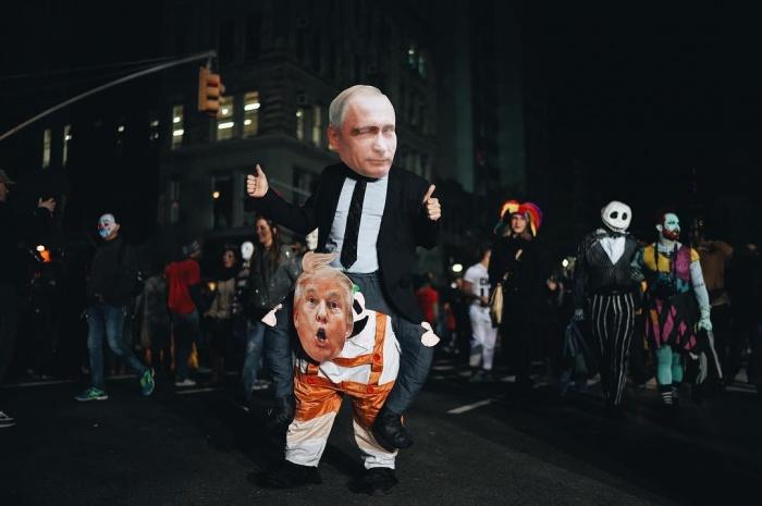 Участники Хэллоуинского парада в Нью-Йорке наряжались в политиков