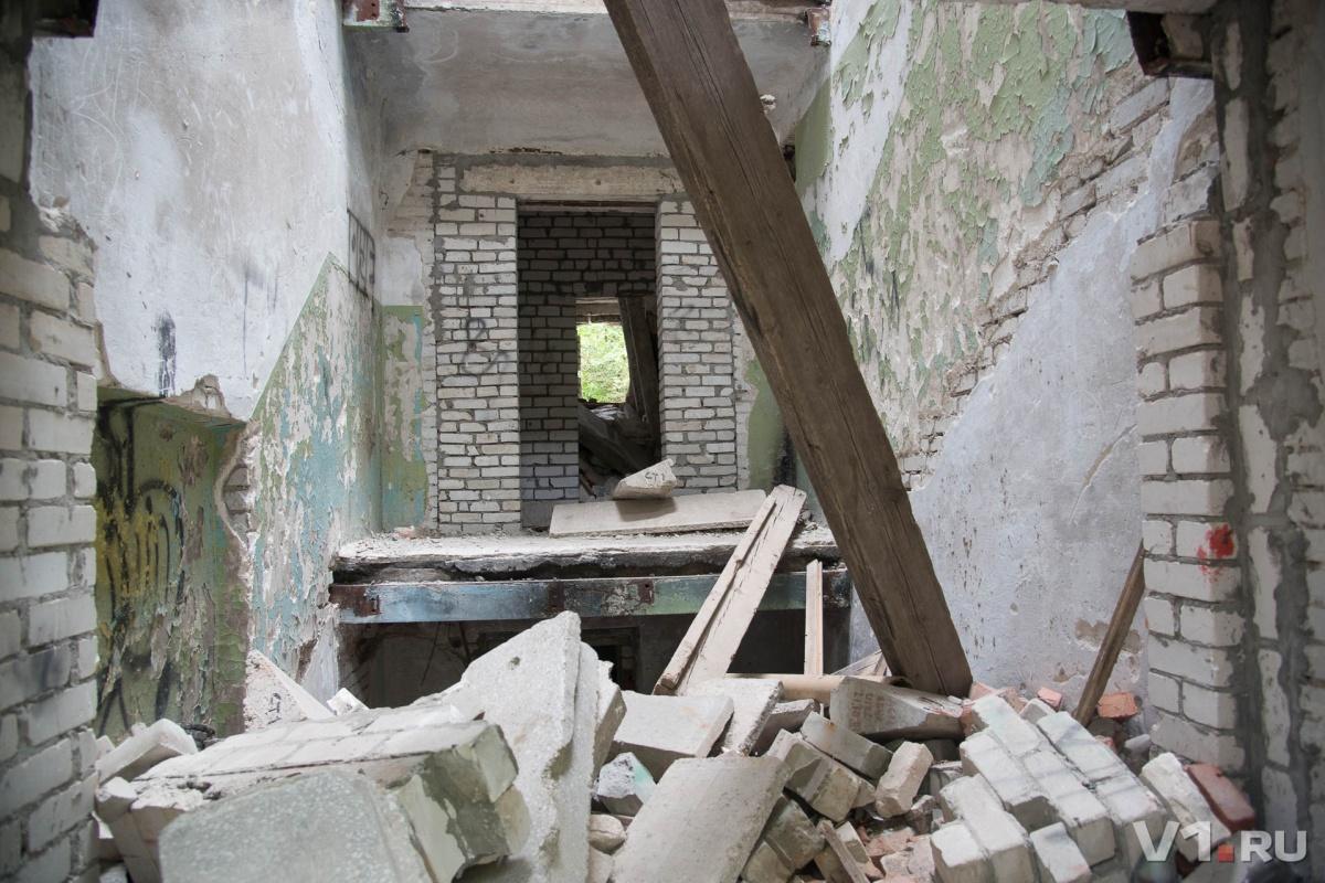 Разрушенное здание портит жизнь волгоградцам на протяжении 17 лет