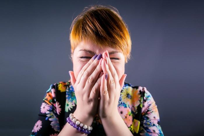 Заразиться вирусом можно не только при кашле и чихании, заверил профессор