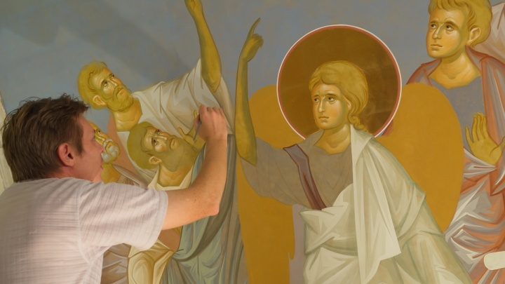 Лики святых сохранятся на века: внутри храма «Большой Златоуст» приступили к украшению стен и сводов