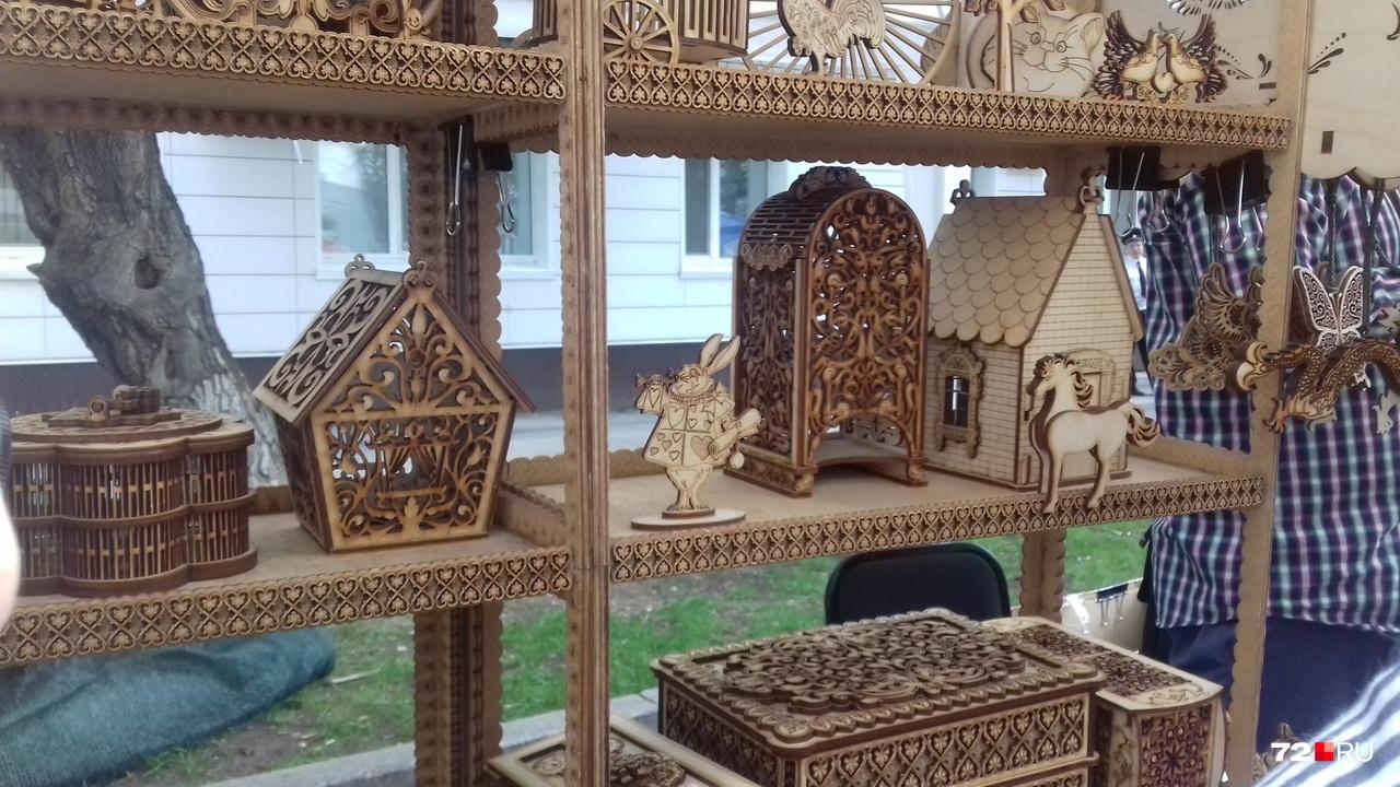 А вот самый популярный павильон: делают невероятную красоту из дерева. И шкатулки, и птицы, и рамки. Как вам?