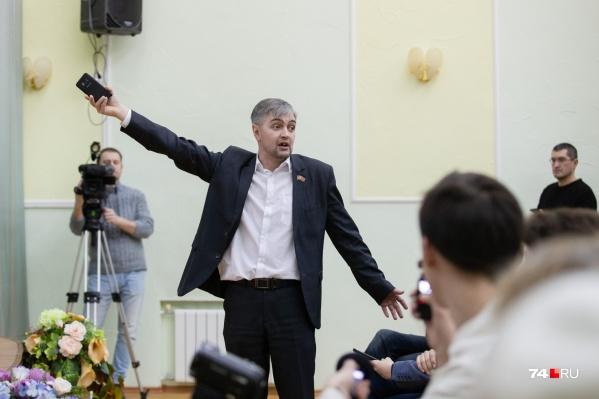 Депутат Роман Никитин не мог сдержать эмоций. Во время презентации генплана он не раз перебивал докладчика своими замечаниями