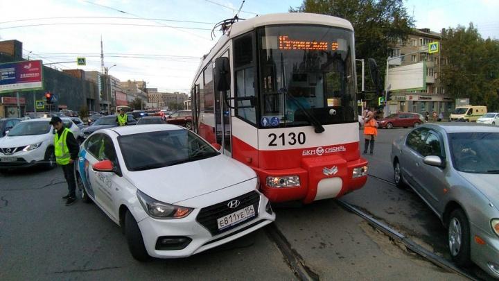 Иномарка врезалась в трамвай на улице Блюхера: собирается пробка