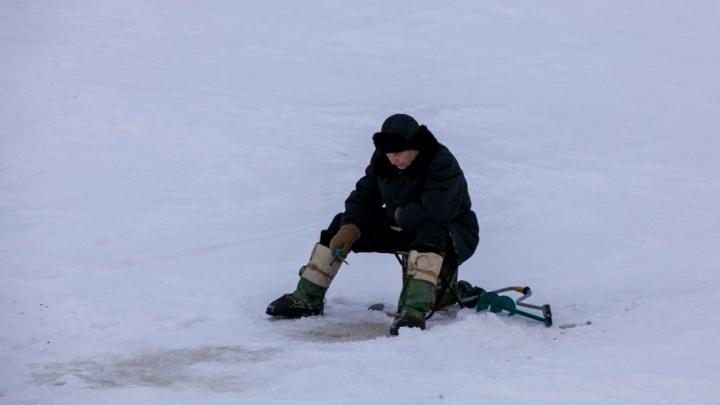 В снежную ловушку попали еще три поморских рыбака