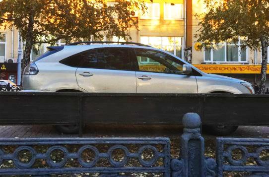 «Я паркуюсь как чудак»: Lexus давит аллею Красного проспекта