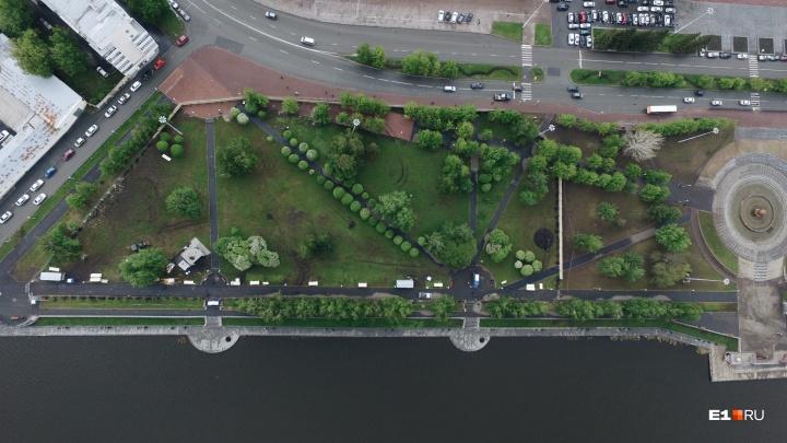Колеи от техники и вытоптанная трава: как с высоты выглядит сквер у Драмы после недельного протеста