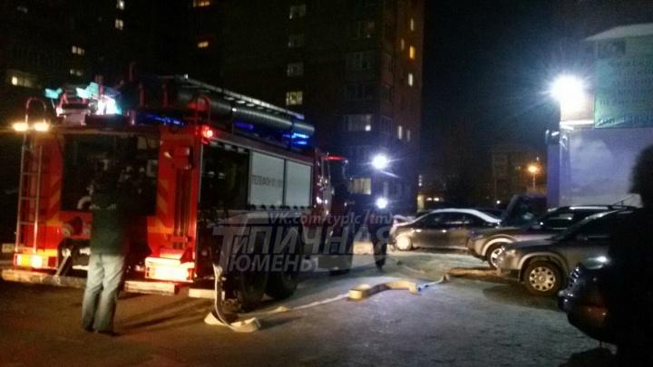 «Успели вывести ребенка из горящей квартиры»: в Тюмени во время пожара эвакуировали 18 человек