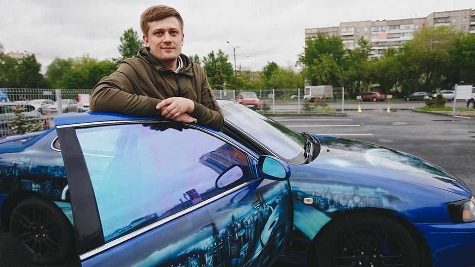 Андрей, владелец «Тойоты» с космической аэрографией: «Лёва для нас — как член семьи. Каждый день выручает, даже в минус 35 запускается без проблем. Мы и путешествуем вместе: на юге были, в Крыму. Я уверен в нём как в себе самом»