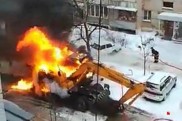 Спасатели помогли эвакуировать машины с парковки подальше от огня