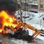 «Угрожал соседним машинам»: в челябинском дворе сгорел экскаватор
