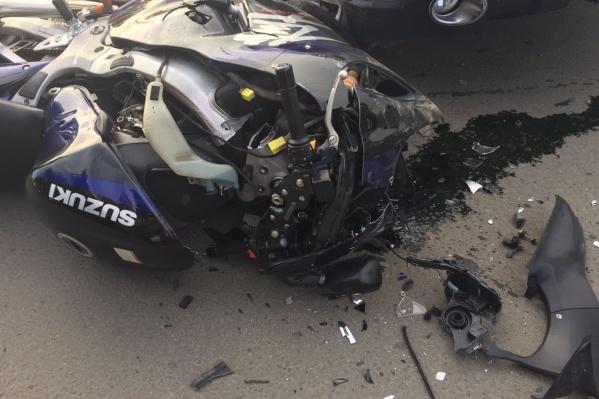 Разбитыймотоцикл Suzuki на улице Сибиряков-Гвардейцев